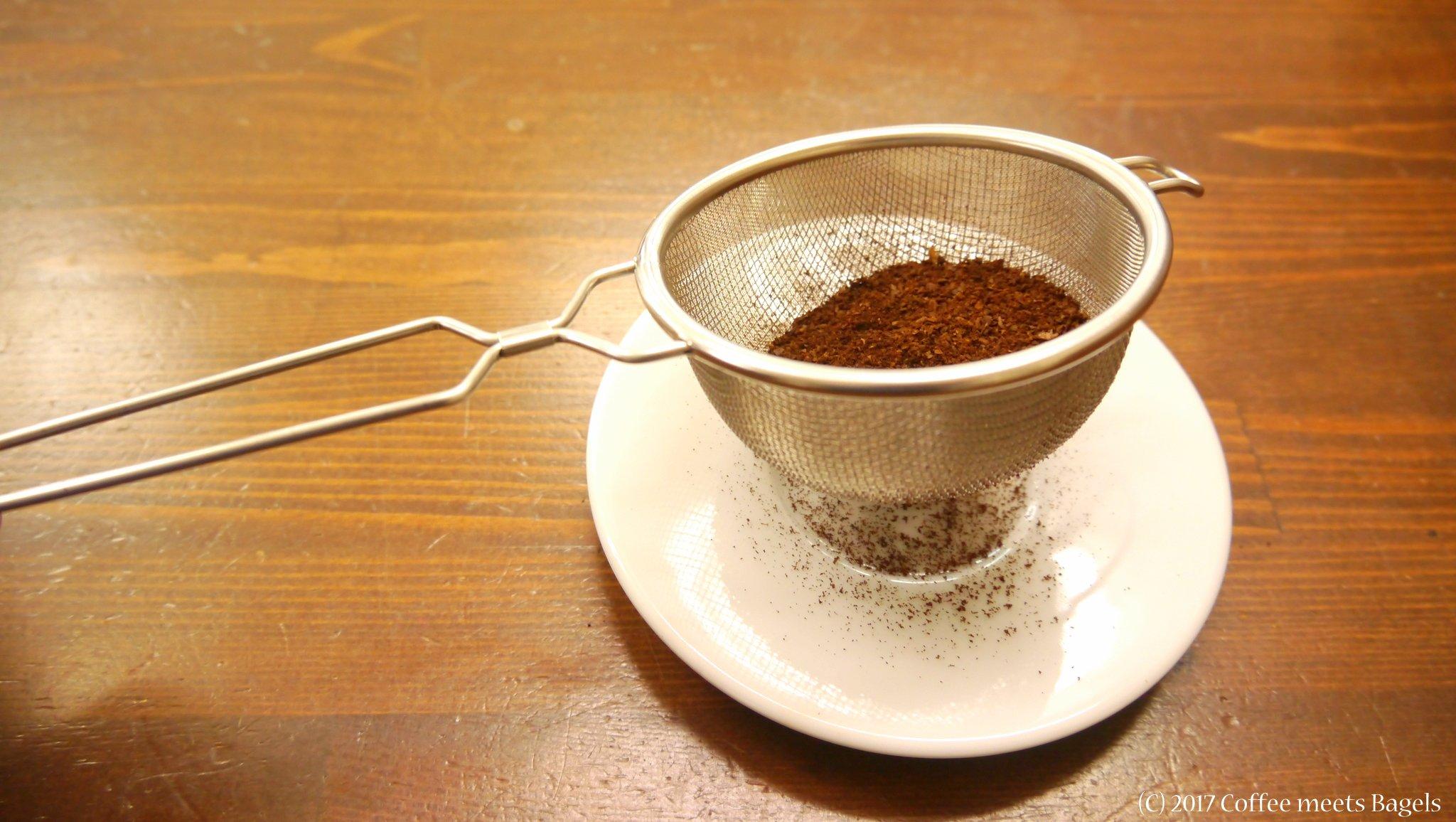 茶こしでコーヒー豆の微粉を除去