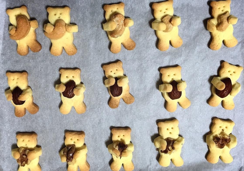 アーモンドを抱えたクマのクッキー