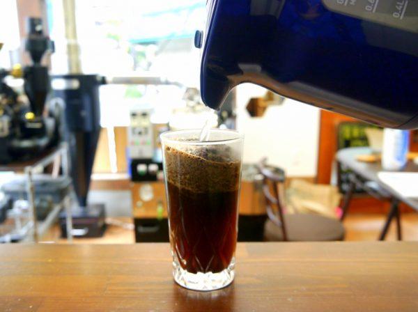 グラスにコーヒー豆(粉)を入れ、湯を注ぐ
