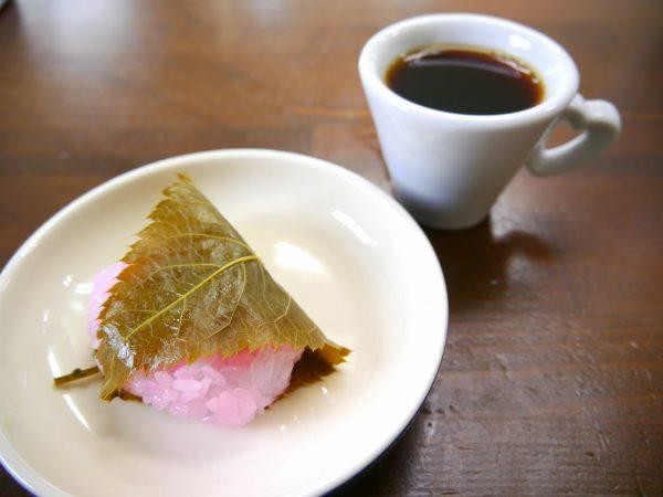 桜餅とコーヒー