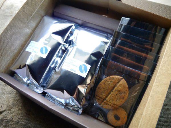 自家焙煎のコーヒー豆と自家製コーヒー豆クッキーのセットです。