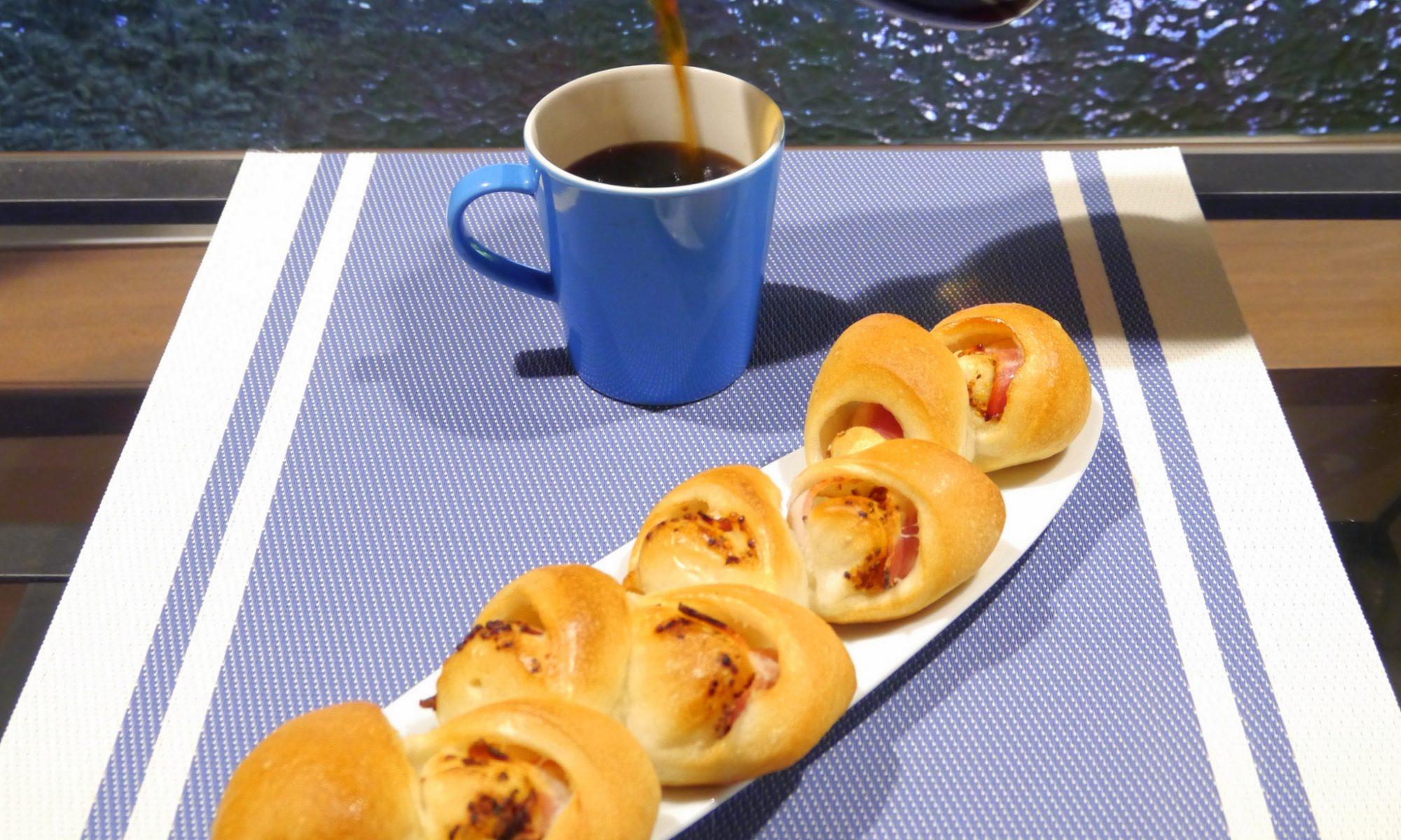 お惣菜パンでコーヒー晩酌