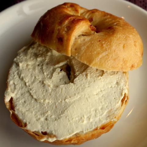 クリームチーズ+オニオンベーグル