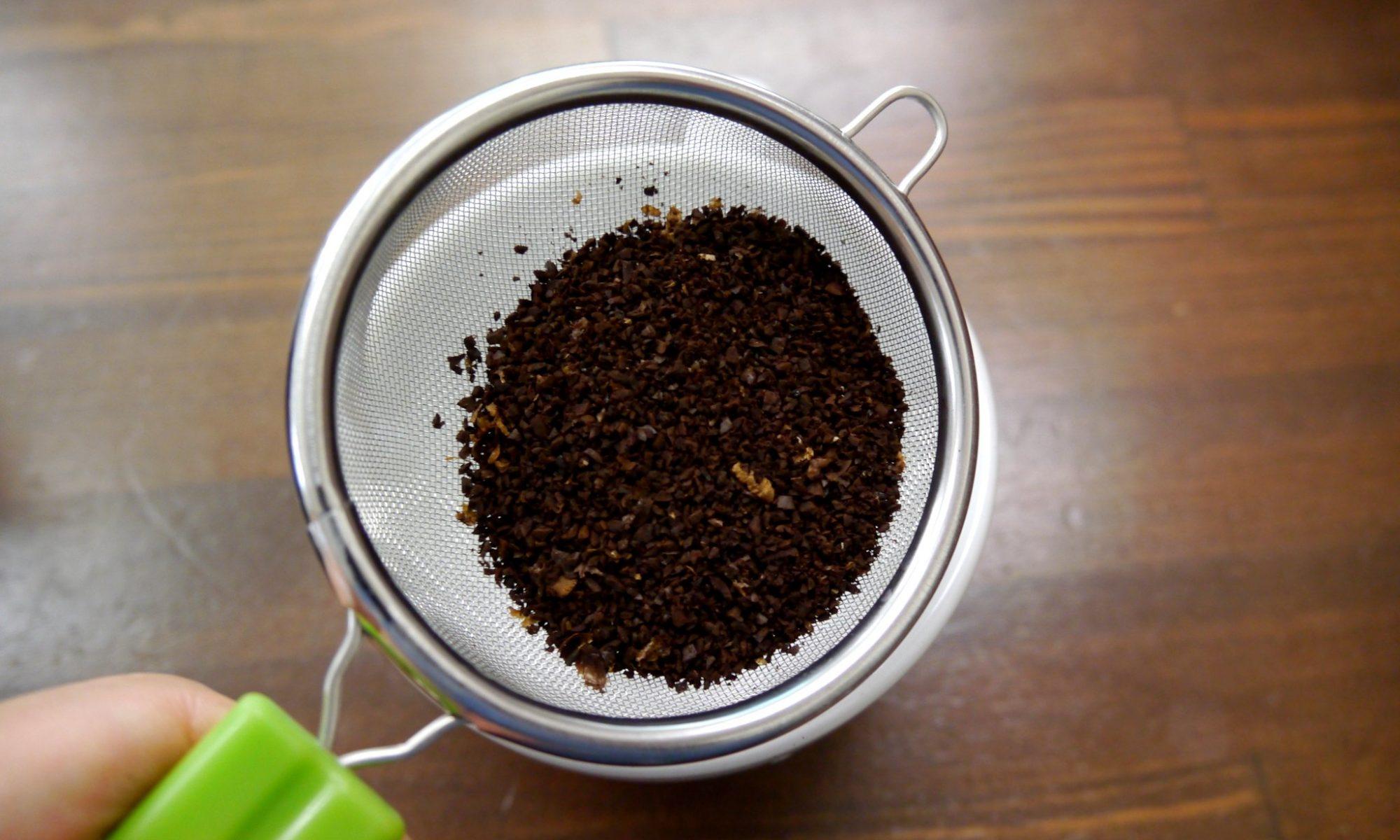 コーヒー豆の微粉を茶漉しで取り除きます。